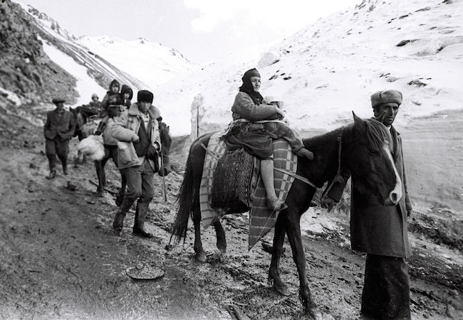 Azerbaijani IDPs from Kalbajar district of Azerbaijan fleeing for safety through the mountains as Armenian forces advance. (Photo by Ilgar Jafarov: Courtesy of WikiCommons)