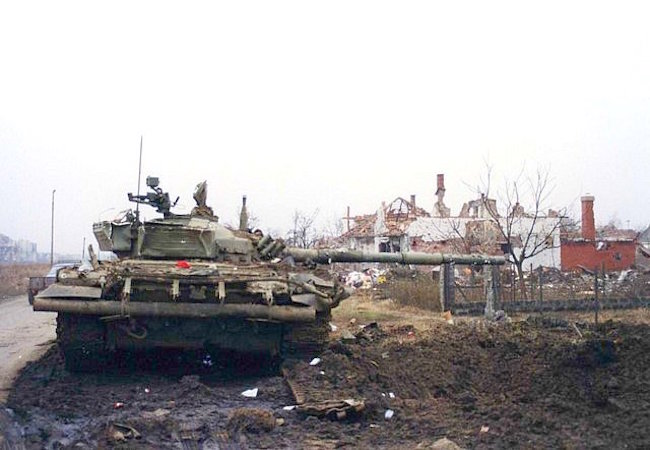 Destroyed Yugoslav National Army T-72 tank at Vukovar, 1991 (Photo by Peter Denton: Courtesy of WikiCommons)