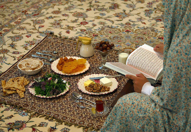 An Iranian iftar meal in Ramadan. (Photo by Sayyed Shahab-o- din Vajedi: Courtesy of WikiCommons)